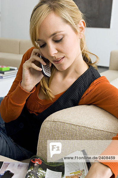 Nahaufnahme einer jungen Frau am Handy