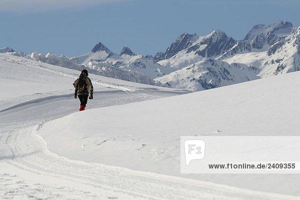 Eine Frau in den Bergen  Graubünden  Schweiz