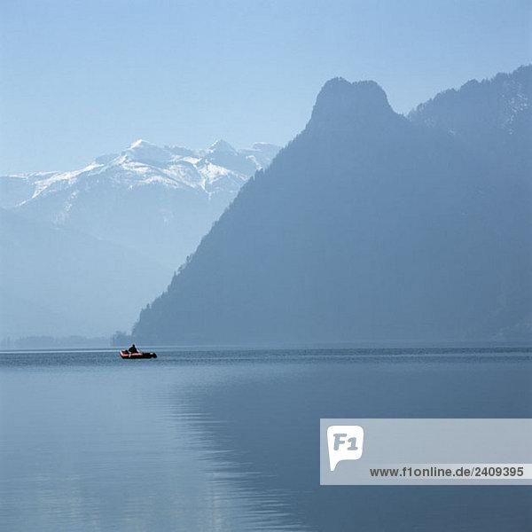 Unbekannte Person im Schlauchboot  Traunsee  Salzkammergut  Österreich