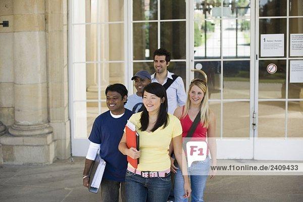 Universitätsstudenten verlassen ein Klassenzimmer auf dem Campus