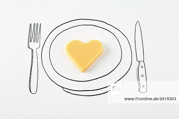 Herzförmiger Käse auf Tellerzeichnung