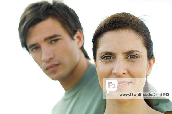 Paar schaut in die Kamera  Frau lächelt