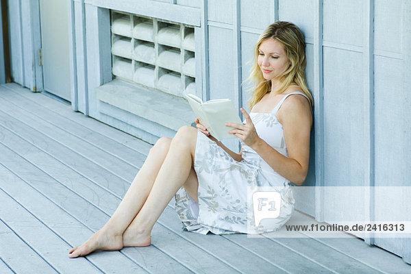 ein Buch lesend ein Buch lesend