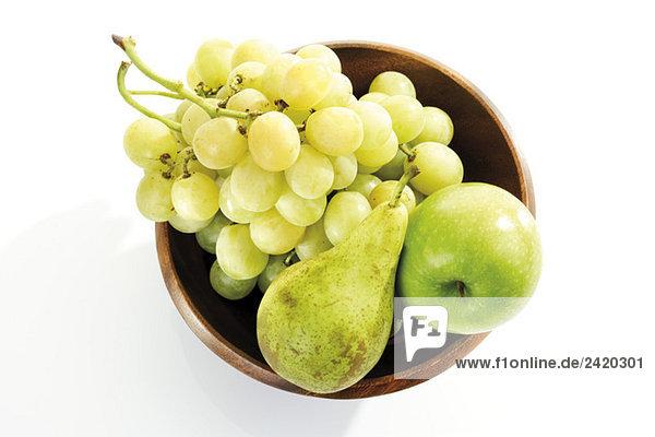 Trauben  Birne und Apfel in Holzschale  erhöhte Ansicht