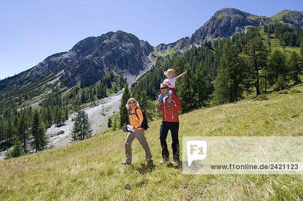 Österreich  Salzburger Land  Paar mit Tochter  Wandern