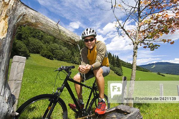 Mountainbiker in der Pause  Nahaufnahme