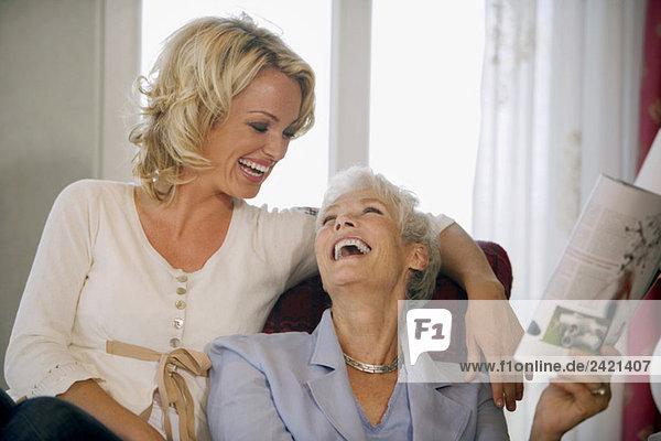 Zwei Frauen lachend  Porträt