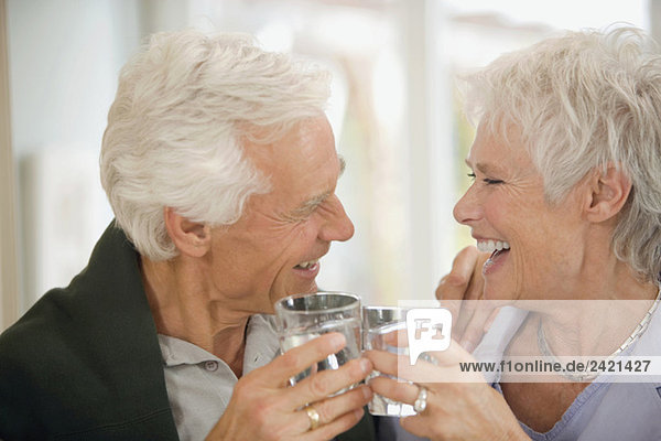 Seniorenpaar stoßen sich an  lächelnd  Portrait