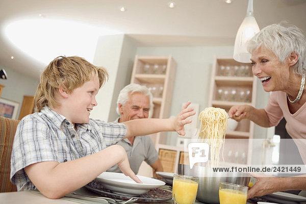 Familie beim gemeinsamen Mittagessen