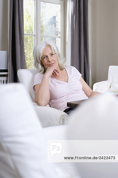 Seniorin im Wohnzimmer sitzend  Portrait