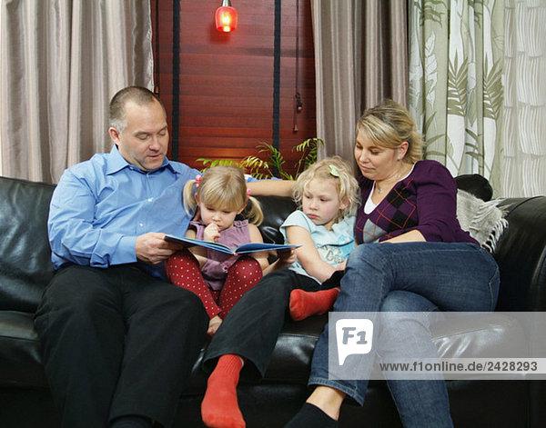 Familie auf dem Sofa sitzend