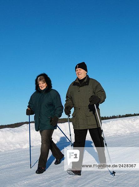 Mann und Frau Nordic Walking