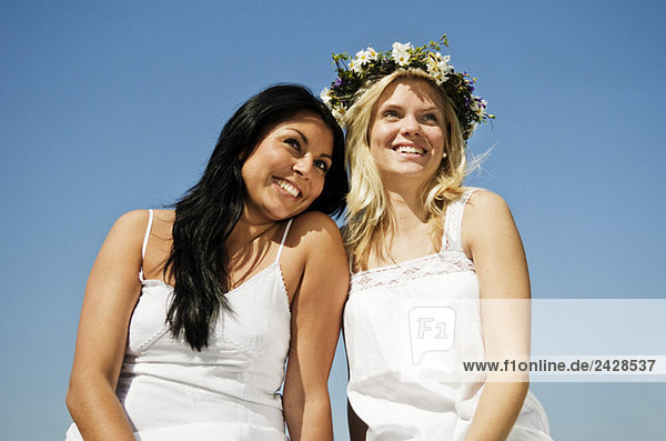Zwei lächelnde Mädchen beim Mittsommerfest