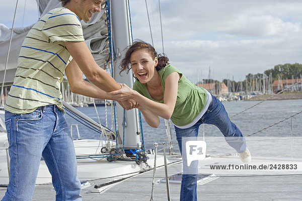 Deutschland  Ostsee  Lübecker Bucht  Junges Paar  lächelnd  Nahaufnahme