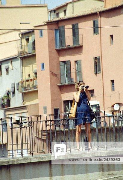 Frau ein Foto  Girona  Katalonien  Spanien