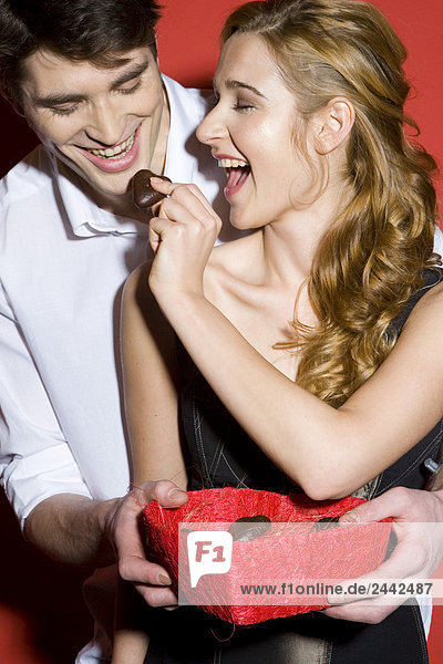 Paar mit Schachtel Pralinen