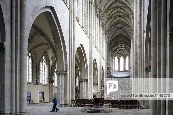Menschen in der Kirche  Magdeburg  Sachsen-Anhalt  Deutschland