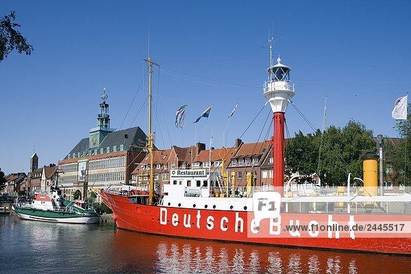 Leichte Schiff in Marina mit Rathaus im Hintergrund  Deutsche Bucht  Ratsdelft  Emden  Niedersachsen  Deutschland