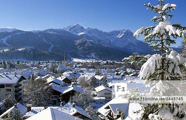 Luftbild der Stadt bedeckt im Schnee  Garmisch Partenkirchen  Bayern  Deutschland