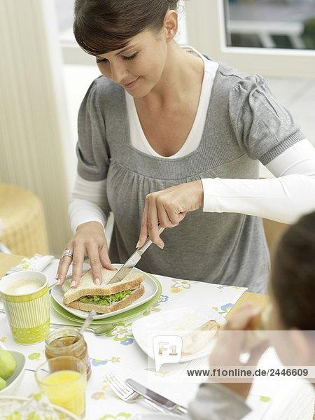 Mutter und Tochter dem Frühstück