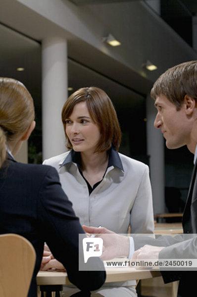drei Geschäftsleute nach treffen