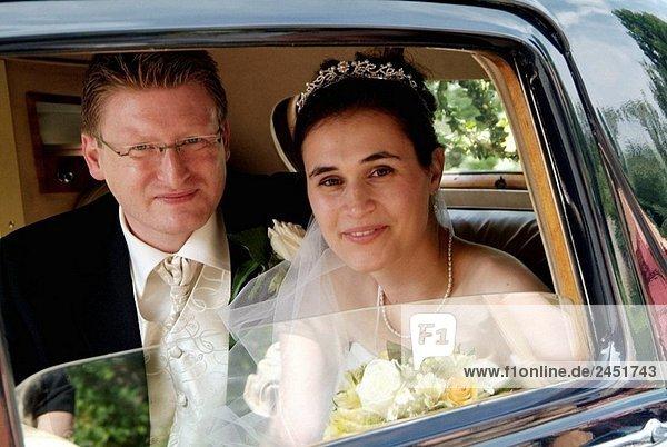 Junges paar an ihrem Hochzeitstag