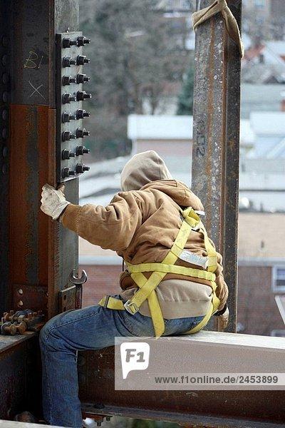 Eisen/Bauarbeiter sitzen auf Stahlträger erreichen für herausgehobenen Stahl Strahl ich