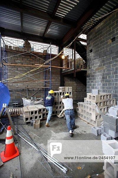 Mörtel bauen schieben arbeiten Beton
