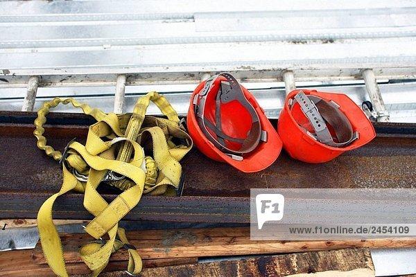 Zwei Schutzhelme orange Konstruktion und Bau Geschirr auf Stahl  die ich Balken