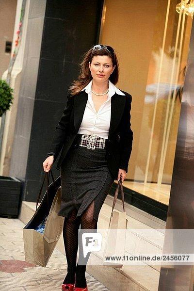 Frau beim Einkauf in der Stadt mit 2 Papiertüten