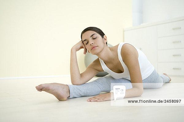 Frau macht Spaltung  Kopf haltend  Augen geschlossen