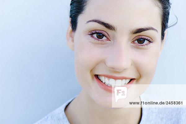 Frau lächelt vor der Kamera  Kopfschuss  Portrait