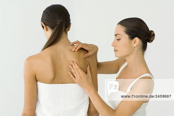 Massage Therapist geben Frau Schulter