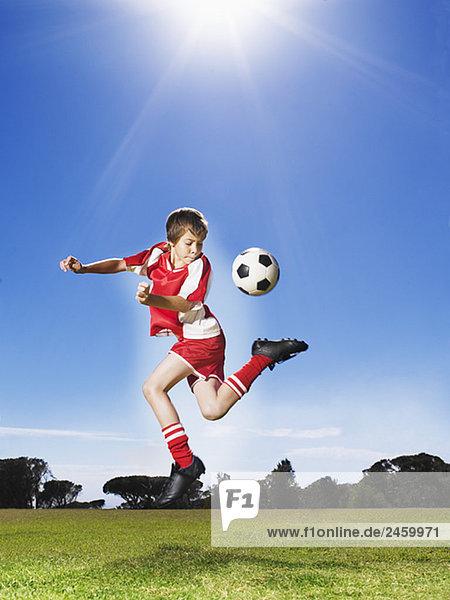 Junge - Person treten jung Fußball Ball Spielzeug