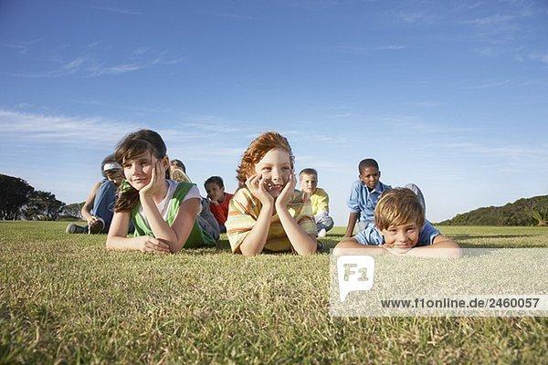 Gruppe von Kindern entspannenden im Gras