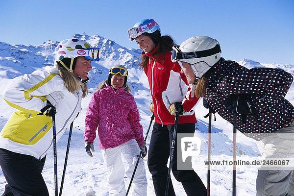 Vier Skifahrer im Schnee Frankreich.