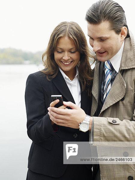 Blick auf ein Handy Schweden Geschäftsleute.