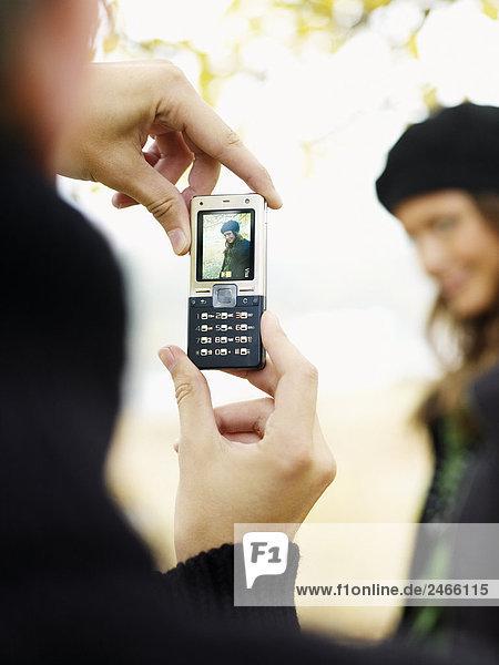 Ein Mann Fotografieren mit einem Handy Schweden.