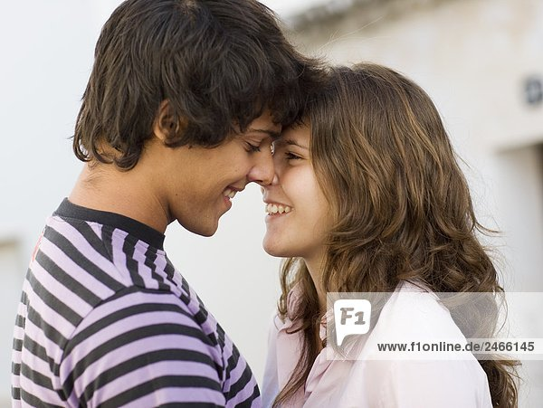 Ein junges paar umarmt  Portugal.