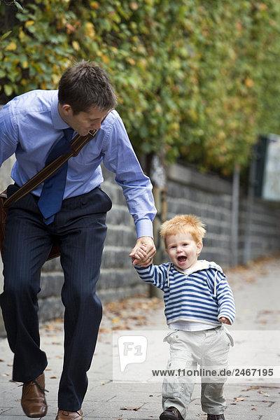 Lächelnd Vater mit Sohn Schweden.