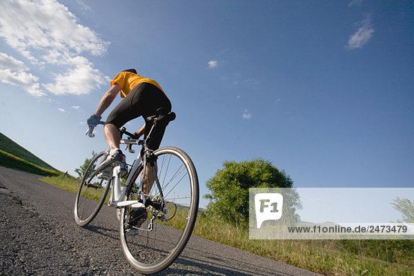 Rückansicht des ein Mann fährt Fahrrad