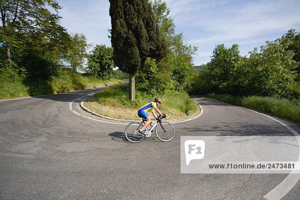 Radfahrer Kurvenfahrt auf Gravity Pleasure Switch Back Road  Seitenansicht