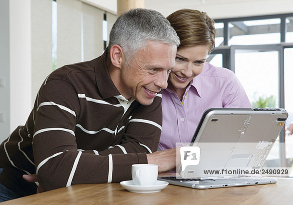 Älteres Paar arbeitet an einem Laptop  fully_released