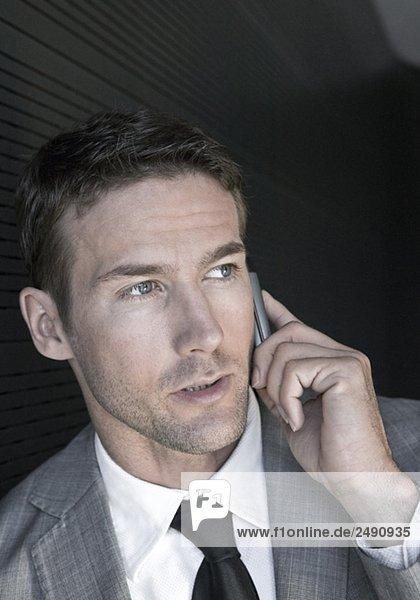 Mann telefoniert mit Handy  Porträt