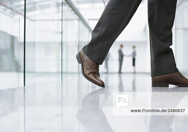Beine eines Geschäftsmannes auf einem Flur