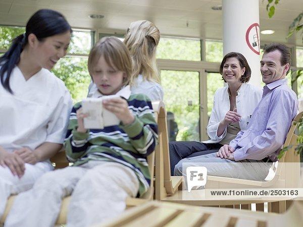 Paar consulting mit Ärztin im Wartebereich