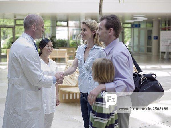 Familie stehende mit Ärzte im Krankenhaus