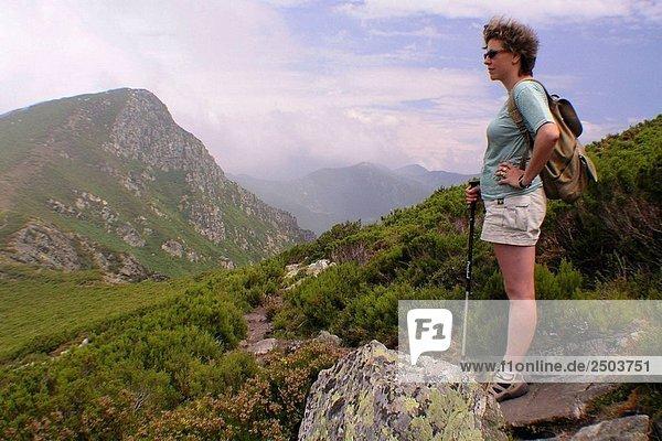 Wanderer  Los Ancares. Leon Provinz  Kastilien-Leon  Spanien