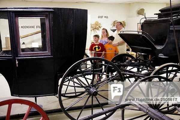 Alabama  Troy  Pioneer Museum of Alabama  Geschichte  Regional  Bildung  Vergangenheit  südlichen Leben  neu erstellten Dorf  Artefakte  Mann  Frau  Vater  Mutter  jungen  Sohn  Kinder  Familie  Pferd Kutschen  Transport  Räder  Tier-gezogene