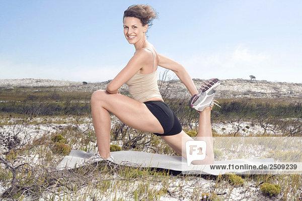 Südafrika  Kapstadt  Junge Frau beim Yoga